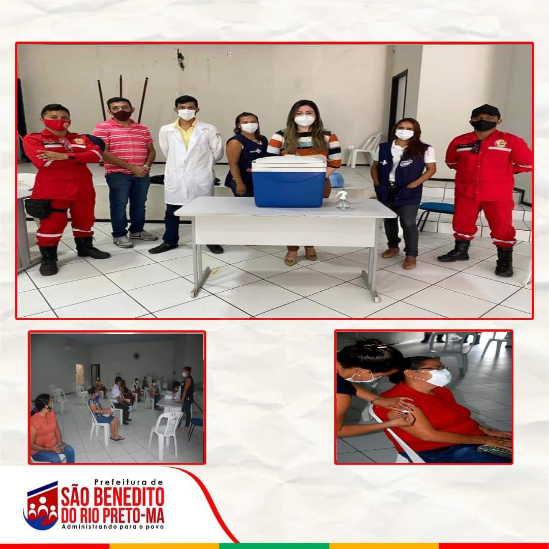 A Prefeitura Municipal de São Benedito do Rio Preto, através da Secretaria de Saúde, iniciou hoje dia 20, a vacinação contra a Covid-19 para os profissionais de educação.